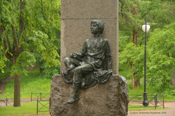 Зачем в Ораниенбауме стоят два памятника тому, кто ни разу не был в городе?