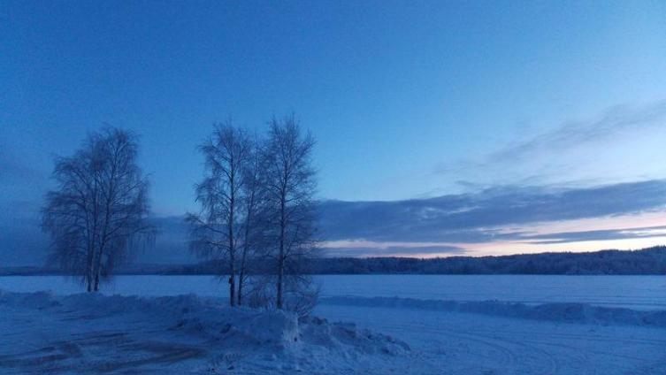 Покрытое льдом и занесенное снегом Пряжинское озеро