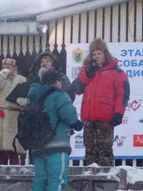 Участников соревнования и зрителей приветствует Глава администрации Пряжинского национального района Константин Гусев