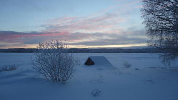 Некоторые из домиков к середине зимы заносит по самые крыши...