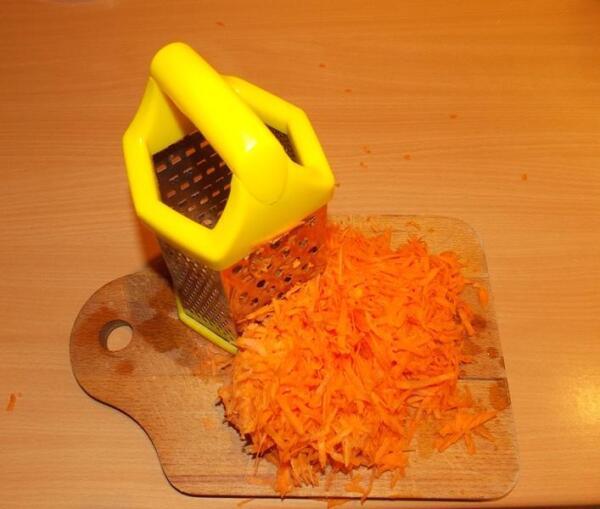 Морковь трем на крупной терке