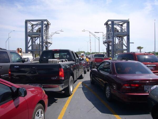 Выгрузка автомобилей на полуостров Боливар