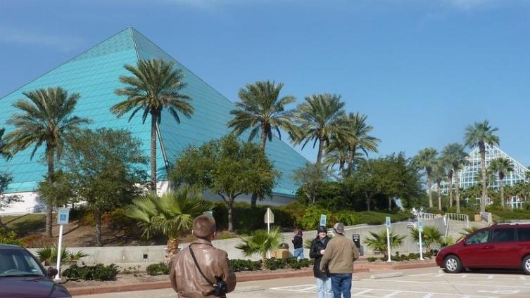 Синяя стеклянная пирамида - музей  аквариум    «Aquarium Pyramid»