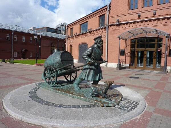 Памятник петербургскому водовозу у входа в музей