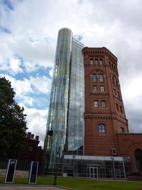 Водонапорная башня с современной стеклянной пристройкой