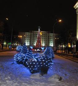 В новогоднем убранстве, на заднем плане— Дом Советов