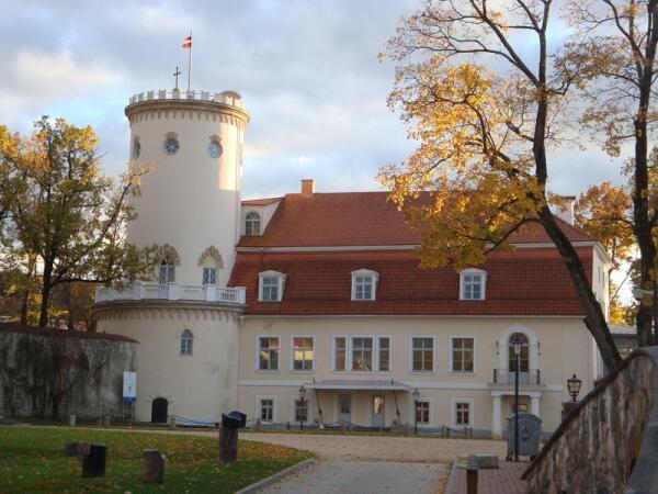 Новый замок, резиденция Сиверсов. Теперь - музей.