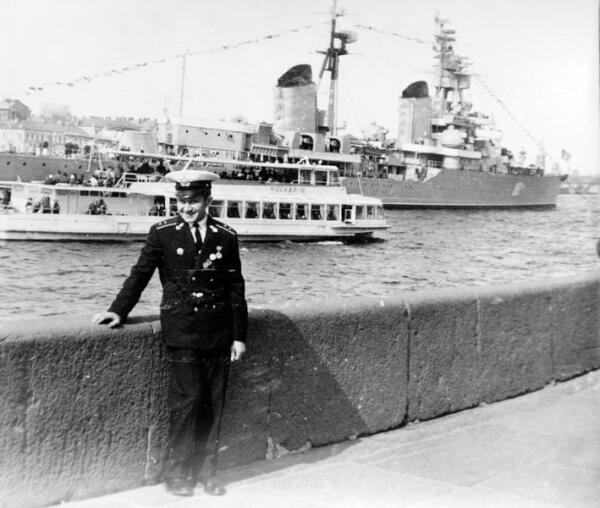 На фоне крейсера
