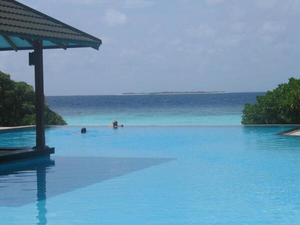 Мальдивы. Бассейн с океаном на горизонте