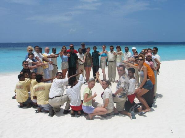 Мальдивы, Своеобразное солнце из темных и светлых всплесков на фоне белоснежного песка, бирюзовой лагуны, синего океана и голубого неба