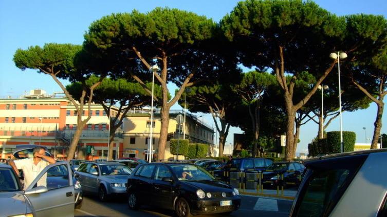 Италия. Площадь перед аэропортом  Неаполя