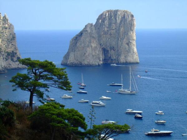 Италия. Остров Капри, скалы Фаральони