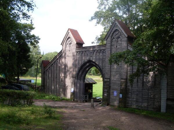 Готические ворота на въезде в парк Монрепо