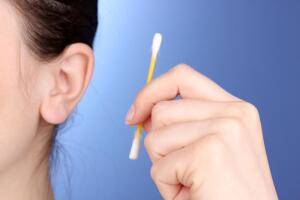 Нужно ли чистить уши?