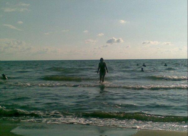 Вечером в Григолети на море вода теплее, чем воздух, холодно выходить