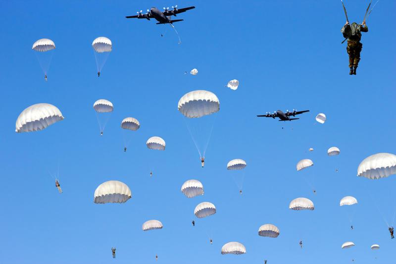 картинка десантники прыжок парашют небо агатовой свадьбой жене