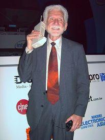 Мартин Купер в 2007 году. В руках одна из первых моделей сотового телефона
