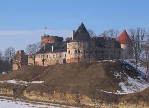 В 1438 г. на высоком берегу, в месте слияния рек Мемеле и Мусы, началось строительство Бауского замка