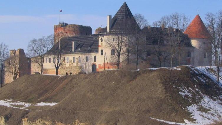 На небольшом полуострове, в месте слияния Мемеле и Мусы, в 1438 г. началось строительство Бауского замка