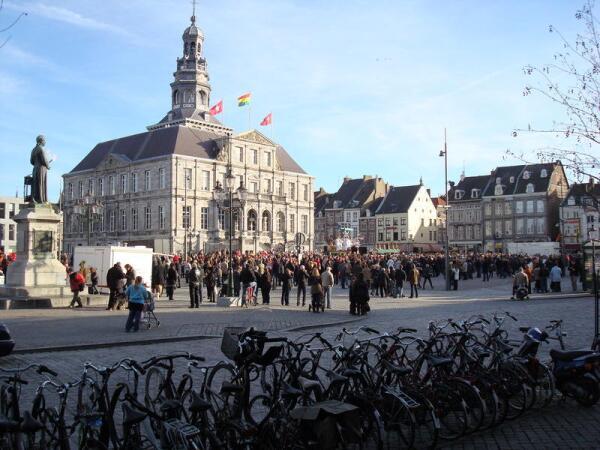 На этой площади Маркт находится знаменитая фритюрная