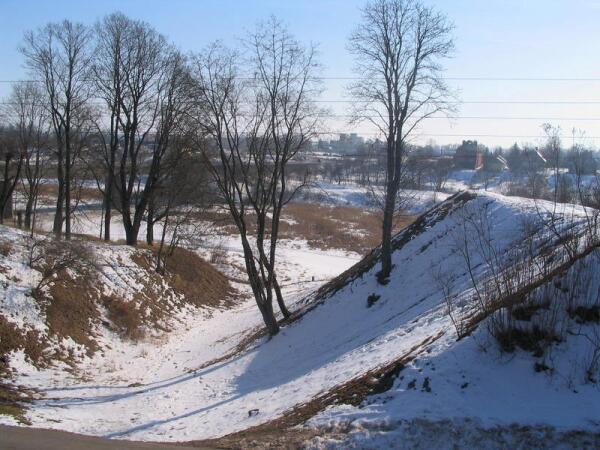 Остатки сухого рва, когда-то защищавшего основной вход в замок с его восточной стороны