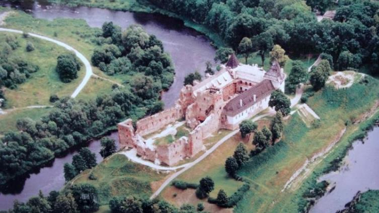 В 1451 году на косе в месте слияния рек Мемеле и Мусы встал Бауский замок