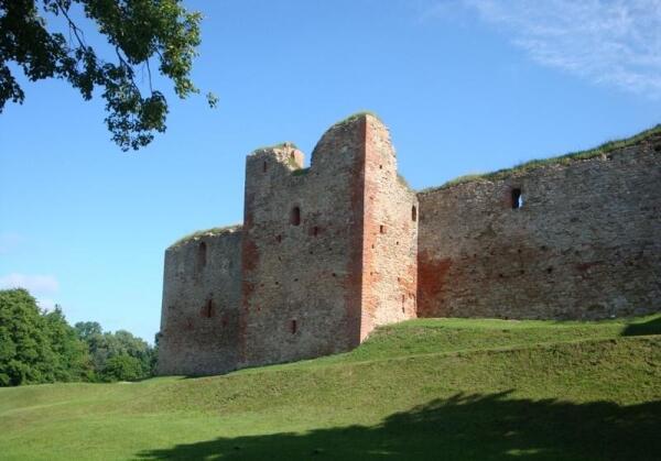 Южная крепостная стена с квадратной башней в центре её прясла