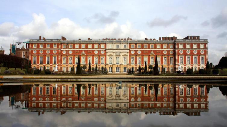 Чем известен дворец Хемптон Корт?