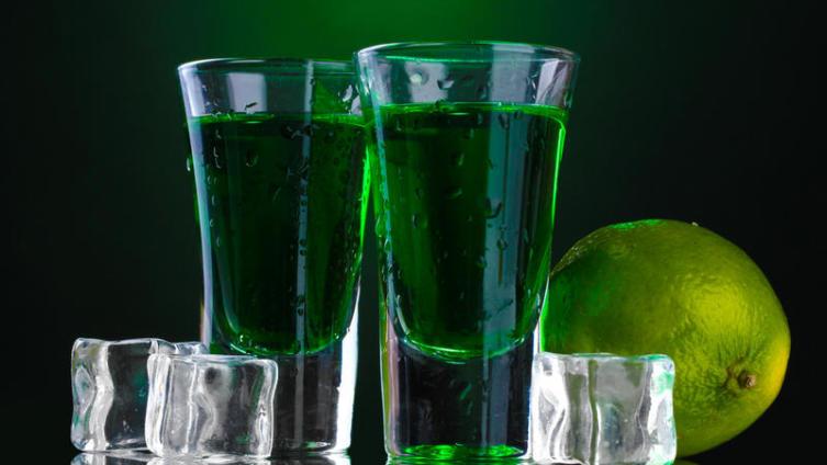 Что такое абсент и стоит ли учиться его пить?