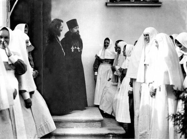 Сестры и священники Марфо-Мариинской обители