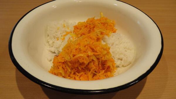 смешиваем остывший рис с луково-морковной обжаркой