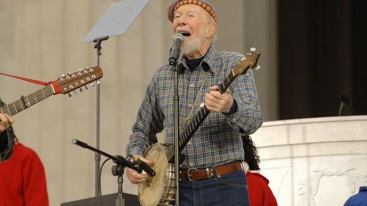 Питер Сигер родился 3 мая 1919 года. То есть, сейчас ему 94 года!