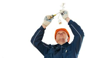 Почему лучше пользоваться услугами частного электрика?