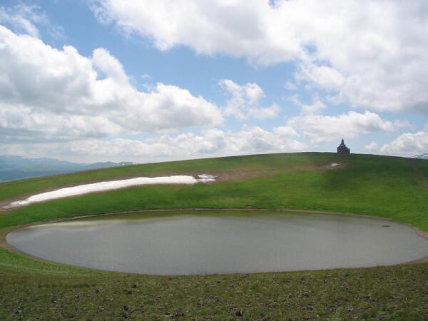 На вершине горы Армаган. Озеро и церковь