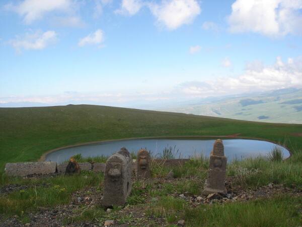 Надгробные камни с кувшинчиками