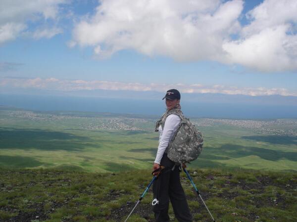 Автор статьи на вершине Армагана. Вдали виднеется высокогорное озеро Севан, сливаясь с небом и горами