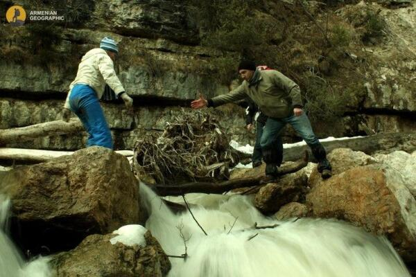 Переправляемся через горную реку