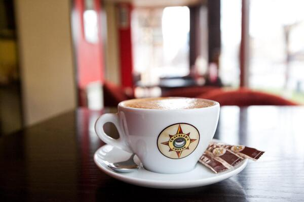 В кофейнях «Трэвэлерс Кофе» предлагают кофе из высококачественных зёрен собственной обжарки