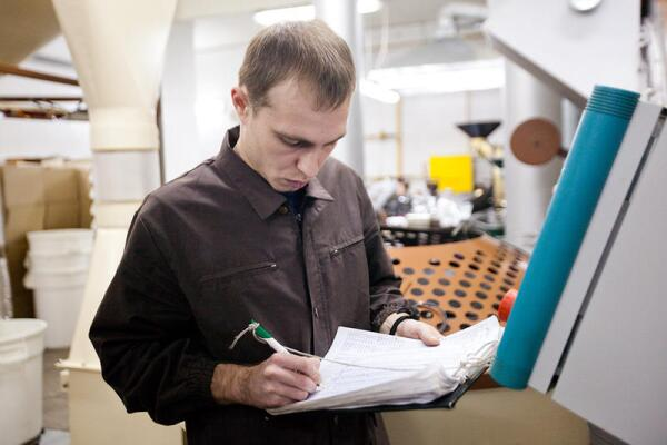 Роаст-мастер «Трэвэлерс Кофе» Виталий Алемаскин записывает параметры каждой партии обжаренного зерна для контроля за качеством