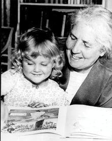 Эльза Бесков читает своей внучке