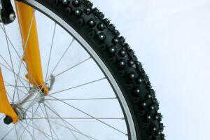 Молодой человек на раздолбанном велосипеде «Салют» предлагает за 100 рублей покататься на его велике. Кто проедет три метра с 3 попыток, получит 300 рублей, а за 5 метров – целых 500.