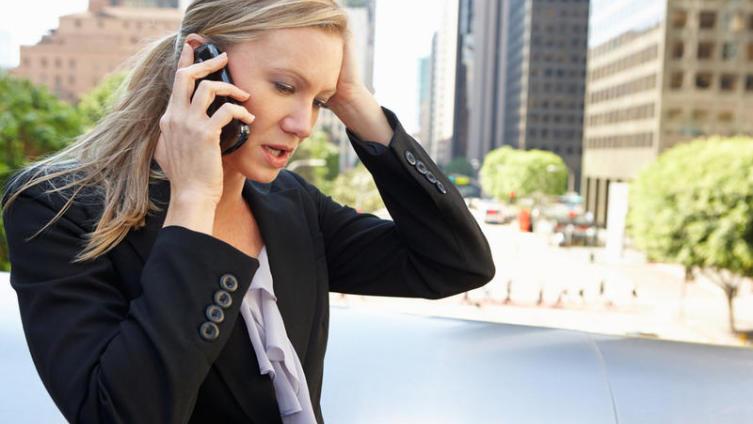 Надо ли разговаривать по мобильному телефону в общественном месте?