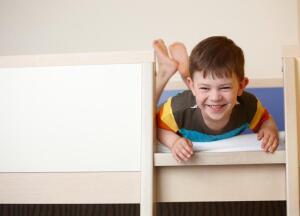Двухъярусная кровать в детской комнате. Каковы плюсы и минусы?