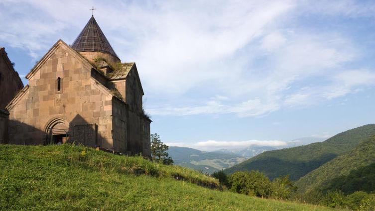С кем из русских поэтов был связан армянский поэт и сказочник Ованес Туманян?