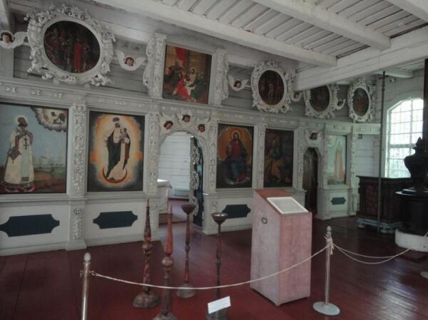 Иконостас. Общий вид. Справа заметны свободное пространство между иконостасом и южной стеной храма, а так же край одной из чугунных печей