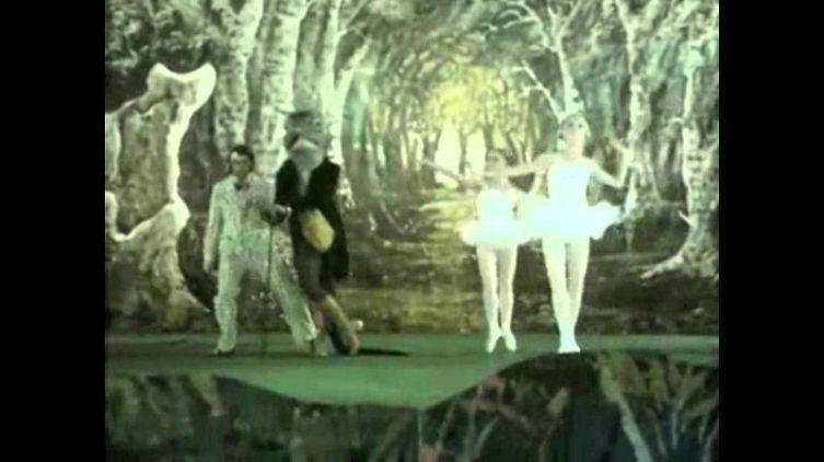 Кадр из мини-фильма «Заяц, который потерял очки», снятого к альбому «A Passion Play»