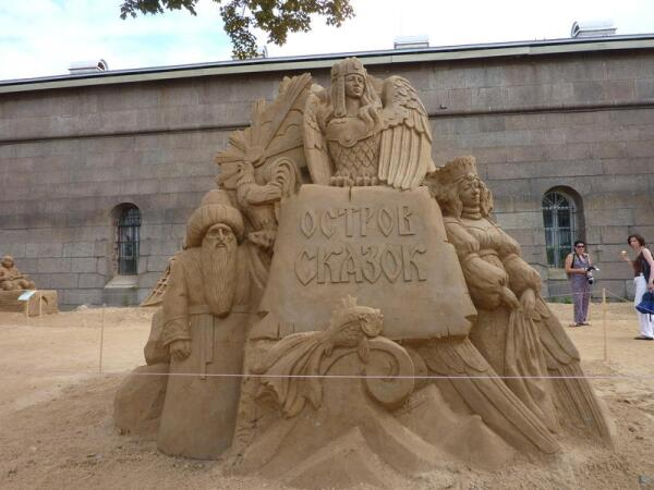 Скульптура с темой фестиваля— «Остров сказок»