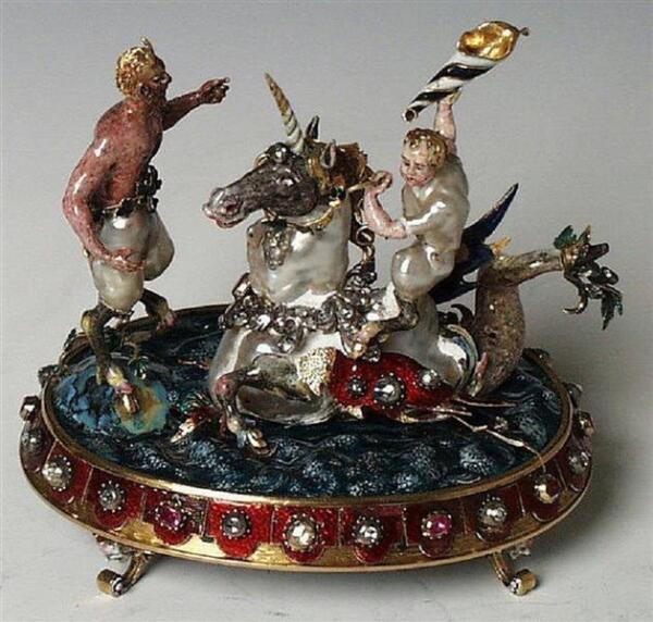 Пудреница (?) «Два сатира на морском единороге» . Жемчуг, золото, серебро, позолота, эмаль, бриллианты, рубины, стекло, 9.7х10.0х7.9 см, Grünes Gewölbe