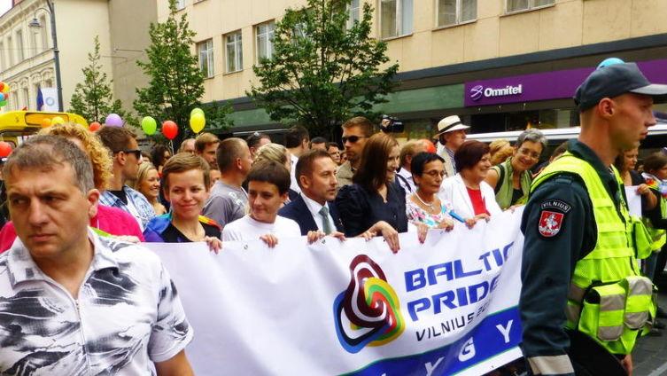 Колонна демонстрантов готова начать гей-парад