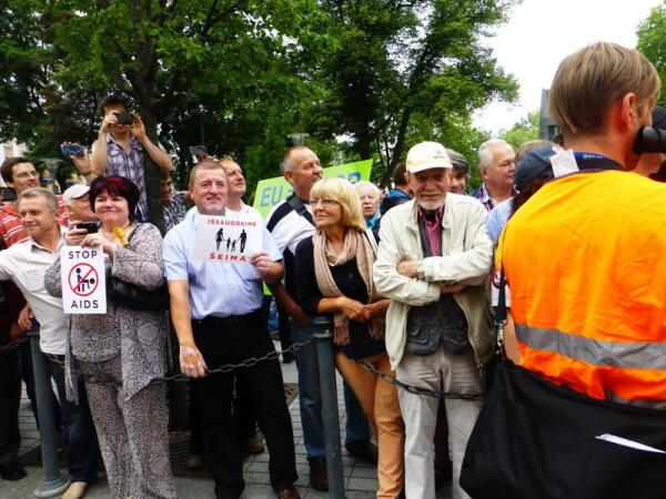Некоторые зрители держат в руках заготовленные плакатики. Все улыбаются друг другу